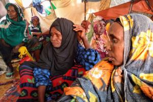 Un grupo de mujeres en Magadiscio, Somalia, tras abandonar Toro-Toro, a 100 kilómetros, por la falta de agua y de alimentos. Crédito: OCHA