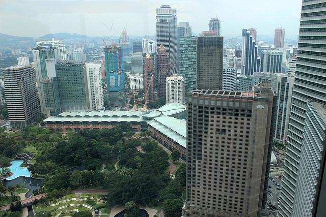Kuala Lumpur se jacta de las islas de selva artificial, pero una de las aglomeraciones urbanas de mayor crecimiento, y rodeada de 2.245 kilómetros cuadrados, con 7.4 millones de personas, perdió toda la selva antigua por las plantaciones de palma de aceite. Crédito: Manipadma Jena/IPS.