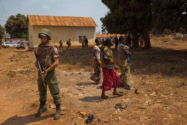 Un soldado de las fuerzas de paz de la ONU patrulla en la localidad de Bria, en República Centroafricana. Crédito: Nektarios Markogiannis/UN Photo.