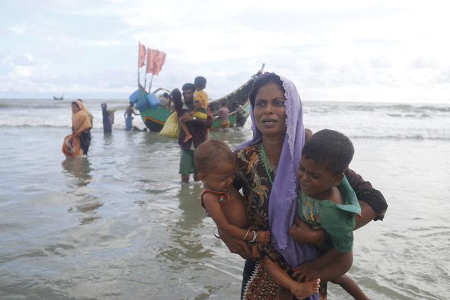 Rohinyás huyen de Birmania y descienden en barcas en Shahparir Dip en Teknaf, Bangladesh. Crédito: IPS
