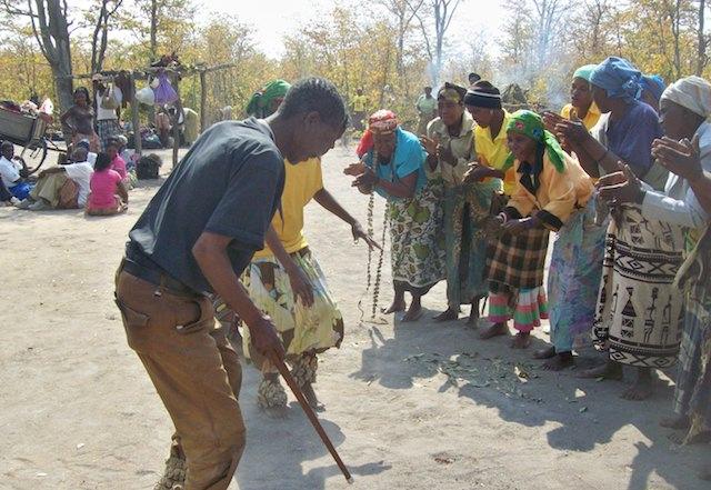 Integrantes de la tribu khoisan realizan una danza tradicional en el marco de una campaña de prevención del VIH/sida realizada por la organización Tsoro-O-Tso San. Crédito: Jeffrey Moyo/IPS.