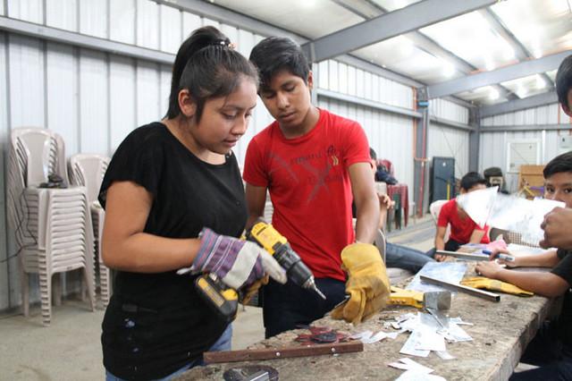 Carmen Patricia Acajá, la única mujer entre un grupo de 15 jóvenes, que estudian un curso de instalación eléctrica en vivienda, en San Juan de la Laguna, un municipio del suroeste de Guatemala. Crédito: OIM Guatemala