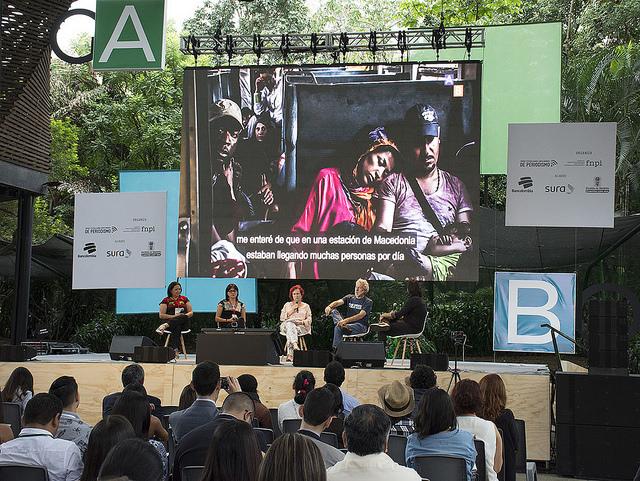 Una de las numerosas charlas entre periodistas de América Latina que se celebraron durante el Festival Gabo, organizado en la ciudad colombiana de Medellín por la Fundación para el Nuevo Periodismo Iberoamericano. Crédito: Fernando Santillán/IPS