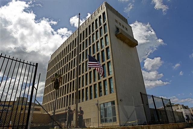 Dos infantes de la marina izan la bandera de Estados en el exterior de la sede de su Embajada en La Habana, después de reducir su personal diplomático en Cuba. Crédito: Jorge Luis Baños/IPS