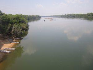 El río Teles Pires, en su trayecto entre Sinop y Colider, el nombre compartido de dos ciudades y dos nuevas centrales hidroeléctricas, que están transformando el norte del estado brasileño de Mato Grosso, un gran generador de energía y productor y exportador de soja, maíz y carne vacuna. Crédito: Mario Osava/IPS
