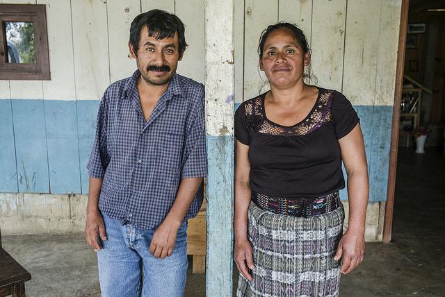 El matrimonio de Emilia Felipe José y Nicolás Gómez Domingo, en el zaguán de su casa, en San Lorenzo, en el sureño estado mexicano de Chiapas, fronterizo con Guatemala, de dónde llegaron hace décadas como refugiados. Crédito: Alex Webb/Magnum