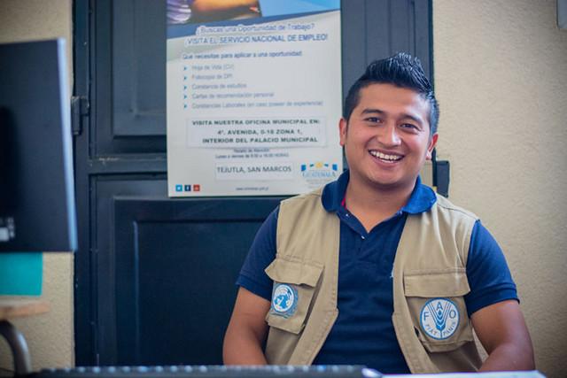 Yeison Orozco, de 24 años, migrante de niño y ahora técnico encargado de la Ventanilla Única Municipal de Empleo, en Tejutla, en Guatemala. Crédito: Rubí López/FAO