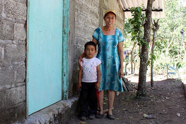 Mercedes Sánchez de García con el más joven de sus hijos, en Las Piedritas, en El Salvador. Crédito: Monika Remé/ONU Mujeres