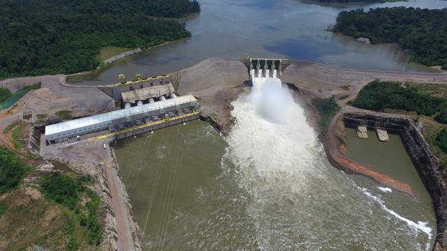 Vista aérea de la Central Hidroeléctrica Teles Pires, en operación desde 2015. Con capacidad instalada de 1.820 megavatios, es la mayor de la cuenca del río Teles Pires, que cruza el estado de Mato Grosso, en el centro-oeste de Brasil. Construida en medio de la selva amazónica, su embalse tiene solo 160 kilómetros cuadrados y solo desplazó una familia. Crédito: Cortesía de CHTP