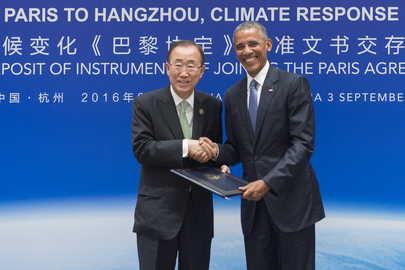 El ex secretario general de la ONU, Ban Ki-moon, recibe los instrumentos legales para unirse al Acuerdo de París de manos del entonces presidente de Estados Unidos, Barack Obama, en una ceremonia especial realizada en Hangzhou, China. Crédito: Eskinder Debebe/ONU