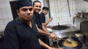 Julmat Khan (centro) cocina con otros dos chefs en su restaurante Little Indian en Broome, en Australia Occidental. Crédito: Neena Bhandari/IPS.
