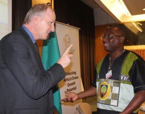 Henning Wuester, de Irena, conversa con Wisdom AhiatakuTogobo, director de Energía Renovable y Alternativa, de Ghana. Crédito: Wambi Michael/IPS.