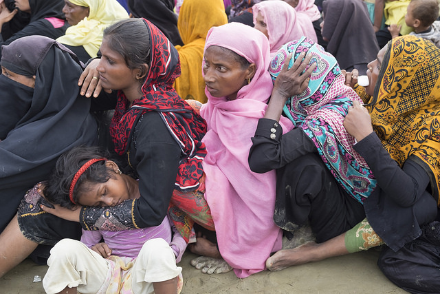 Mujeres, niñas y niños rohinyás, quienes escaparon de la brutal violencia en Birmania, esperan por ayuda en un campamento de refugiados en Bangladesh. Crédito: Parvez Ahmad Faysal/IPS.