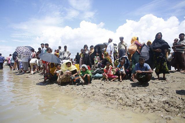 Rohinyás esperan en la orilla de un río tras llegar a Bangladesh. Crédito: IPS