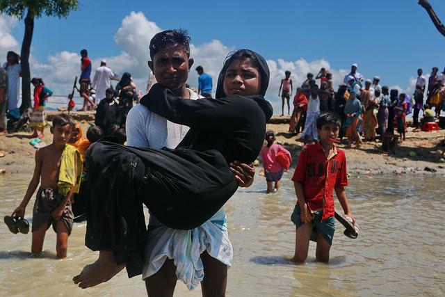 Refugiados rohinyás ingresan a Teknaf, en Bangladesh, procedentes desde Shah Parir Dwip, en Birmania, tras cruzar el río Naf. Crédito: Farid Ahmed/ IPS.