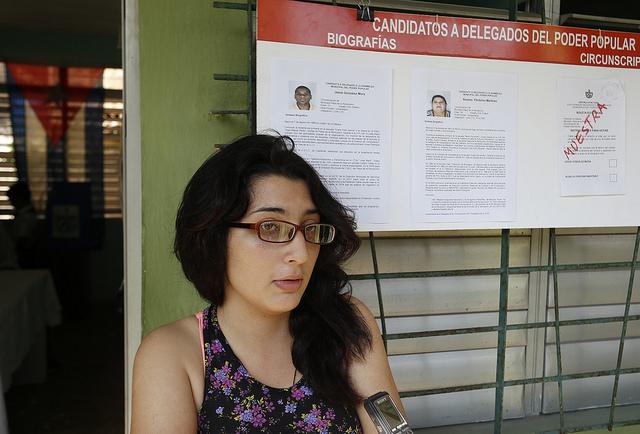 Lorena Valdés, de 18 años y estudiante de técnico medio en rehabilitación de salud, comenta a IPS sus impresiones tras votar en un colegio electoral de la circunscripción 48 en el municipio Plaza de La Revolución, en la capital de Cuba. Crédito: Jorge Luis Baños/IPS