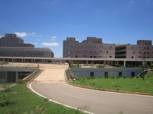 Parte del Centro de Administración construido por dos empresas privadas entre 2013 y 2014 para ser la nueva sede del gobierno del Distrito Federal, asiento de Brasilia. El complejo de 16 edificios y 3.000 puestos de aparcamiento está sin uso por orden de la justicia que investiga la corrupción detrás de la obra. Crédito: Mario Osava/IPS