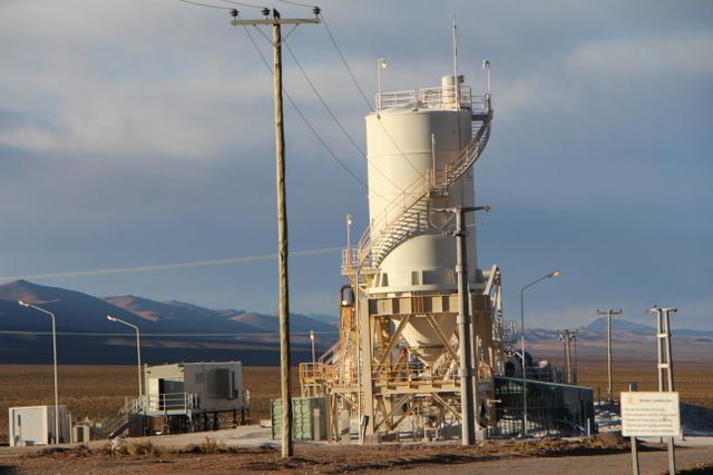 Una explotación de litio en el Salar de Cauchari-Olaroz, en las mesetas de la provincia de Jujuy, en el noroeste argentino. El gobierno dice que aspira a atraer inversiones por 30.000 millones de dólares para desarrollar la minería. Crédito: Cámara de Minería de la Provincia de Jujuy
