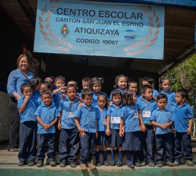 Niños de uno de los 22 centros escolares, en el municipio salvadoreño de Atiquizaya, que integran la iniciativa de Escuelas Sostenibles de El Salvador. Crédito: FAO El Salvador