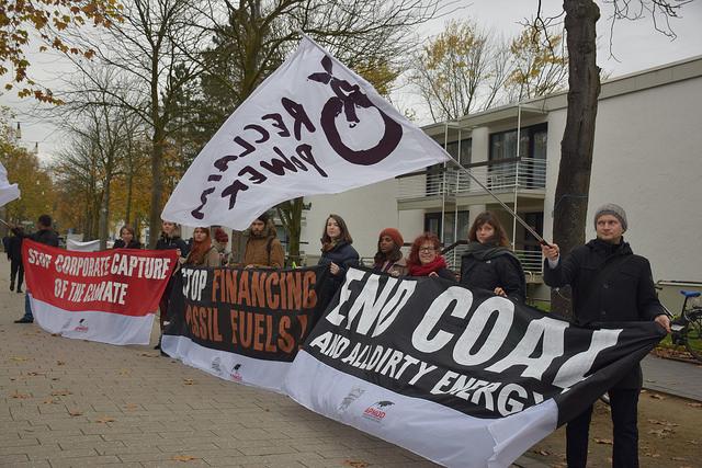 Manifestantes en la COP23, en Bonn, reclaman el abandono total del carbón, gran responsable de las emisiones de dióxido de carbono. Crédito: Stella Paul/IPS.