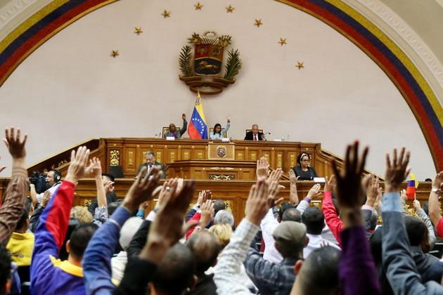 A mano alzada, los integrantes de la monocolor Asamblea Nacional Constituyente de Venezuela aprobaron el 8 de noviembre la nueva ley contra el odio, que para organizaciones defensoras de la libertad de expresión representan una amenaza para ella. Crédito: Zurimar Campos/AVN
