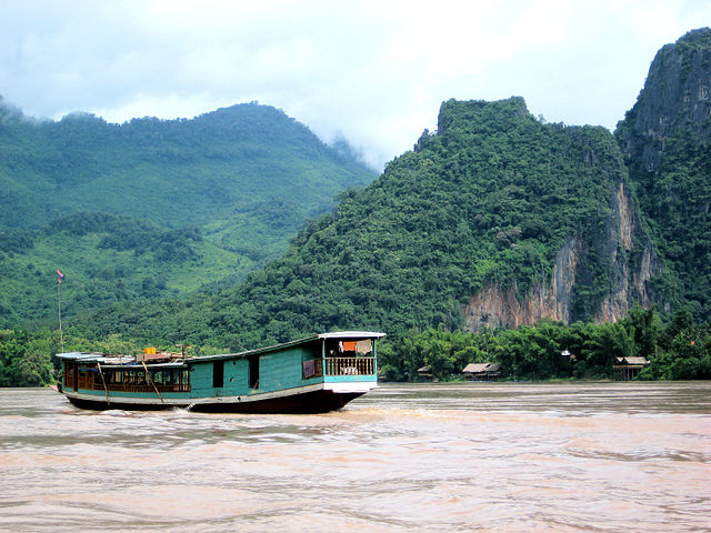 Un barco navega por el río Mekong, cuya pesca combinada asciende a 17.000 millones de dólares. Crédito: Francisco Anzola/cc by 2.0