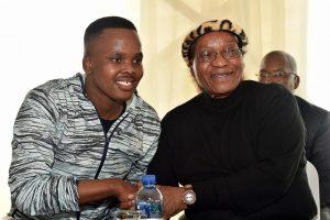 El presidente de Sudáfrica, Jacob Zuma, con el artista Khuzani, de música maskandi, en la 6 celebración anual de Matomela, el 8 de octubre de 2016. Crédito: GCIS/cc by 2.0.