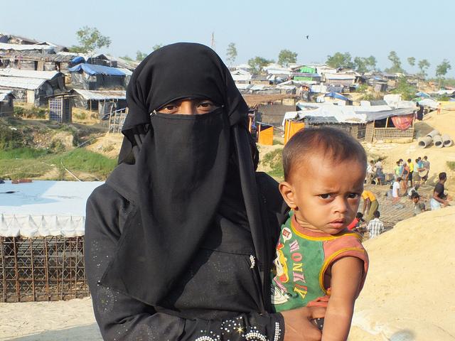 Una mujer rohinyá y su hijo en el campamento de Kutupalong, a unos 35 kilómetros de Cox's Bazar, en Bangladesh. Crédito: Naimul Haq/IPS.