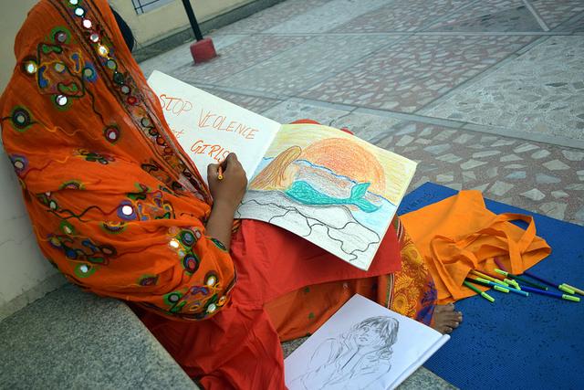 En la fotografía, Angela, de 15 años, de la ciudad de Hyderabad, en India. Para ella, un mundo sin violencia de género sería como el de una sirena, y así lo refleja su dibujo. Crédito: Stella Paul/IPS.