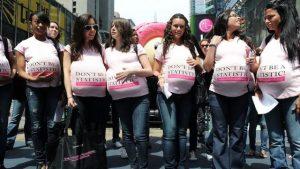 Una manifestación en que un grupo de jóvenes mujeres que se muestran como gestantes, exhorta a que las adolescentes como ellas no se sumen a las estadísticas del embarazo adolescente. Crédito: UNFPA