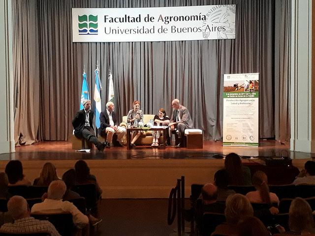 Representantes de la academia debaten sobre los impactos para la salud y el ambiente del uso del glifosato en la agricultura argentina, durante un foro el 6 de diciembre en la Universidad de Buenos Aires. La preocupación por el tema se ha instalado en la agenda pública del país. Crédito: Daniel Gutman/IPS