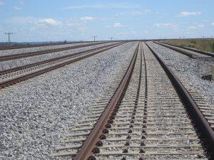 Rieles de varias vías subutilizadas del Ferrocarril Norte-Sur cerca de Anápolis, una ciudad industrial de Brasil que puede expandir su economía como polo logístico, por la confluencia del transporte ferroviario, vial y aéreo, junto con su proximidad a Brasilia. Crédito: Mario Osava/IPS