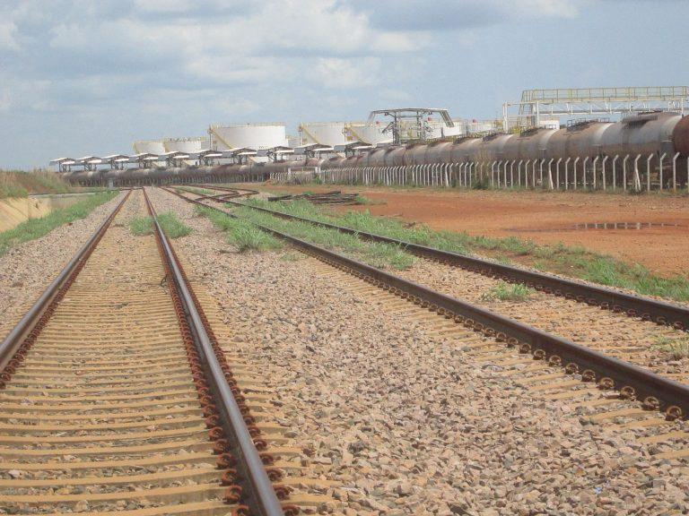 Tren y depósitos de biocombustibles en el Patio del Ferrocarril Norte-Sur en Porto Nacional, punto final del tramo en operación desde 2013 que está empleando solo mitad de su capacidad, la mayor parte para llevar soja y derivados para exportación. Crédito: Mario Osava/IPS.