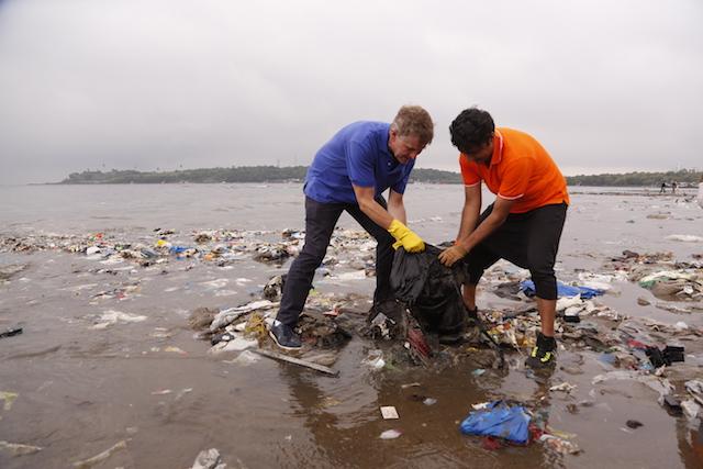 Erik Solheim participa en la mayor limpieza de la historia de la playa de Versova, en la ciudad india de Mumbai, en octubre de 2016. Crédito: ONU Medio Ambiente.