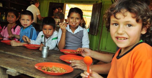 Los programas de alimentación escolar se han convertido en una de las herramientas más eficaces en América Latina contra la subalimentación infantil, y también para la creación de hábitos saludables para afrontar el peligro de la obesidad. Crédito: FAO