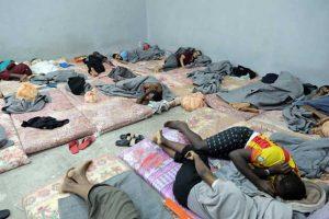 En Libia, decenas de migrantes duermen uno al lado del otro en celdas hacinadasen el centro de detención Tariq al-Sikka, en Trípoli. Crédito: Iason Foounten/UNHCR.