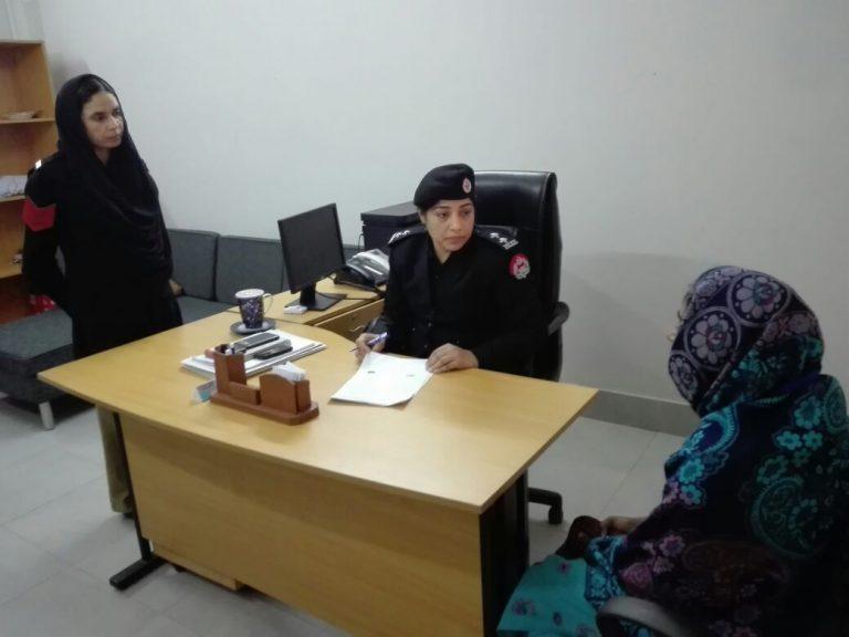 La oficial de policía de una comisaría de la provincia pakistaní de Punyab, Nazima Mushtaq, habla con una sobreviviente de violencia doméstica. Crédito: Cortesía del Centro para la Violencia contra las Mujeres.