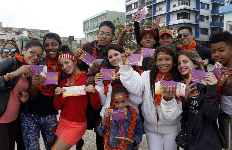 Activistas de la campaña Únete posan para la foto con prendas u objetos anaranjados, una iniciativa para promover la No violencia de género, los derechos humanos y la eliminación de la violencia contra las mujeres, en el parque Antonio Maceo, en La Habana, Cuba, el 10 de noviembre de 2017. La movilización contó con el apoyo del Instituto Cubano de la Música, la Red Iberoamericana y Africana de Masculinidades, La Rueda Producciones, la Agencia Suiza para el Desarrollo y la Cooperación (Cosude), el Programa de Voluntarios de la ONU y el Sistema de las Naciones Unidas en Cuba, como parte de las acciones de la Campaña Únete. Crédito: Jorge Luis Baños/IPS.