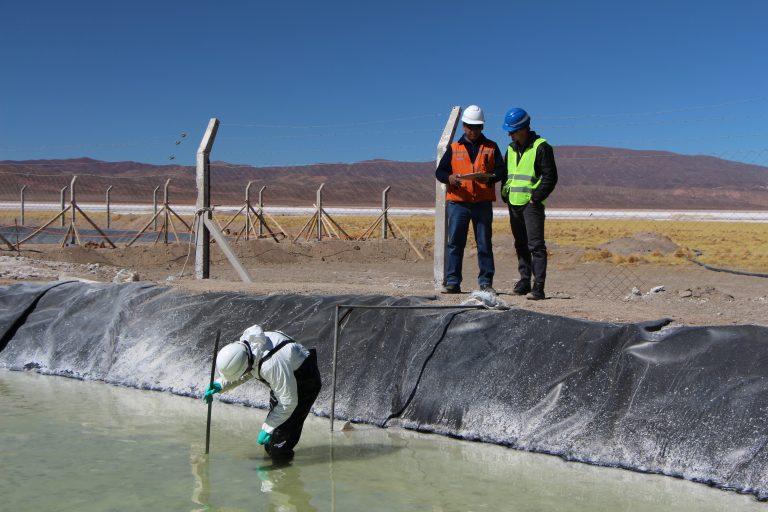 Los trabajos en el Salar de Caucharí-Olaroz, en la provincia de Jujuy, en busca de litio. Se trata de un emprendimiento de la minera Exar, de capitales canadienses y chilenos. En total, hay 53 proyectos en fase de exploración o de estudios de factibilidad. Crédito: Cámara Minera de la provincia de Jujuy.