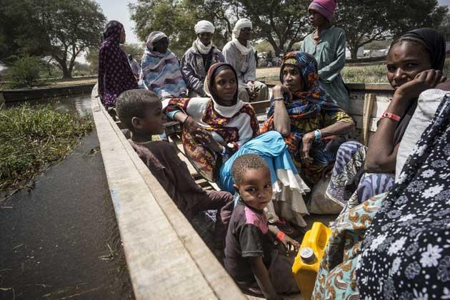 Refugiados nigerianos abandonan su campamento en Ngouboua, en la costa del lago Chad. Crédito: Olivier Laban-Mattei/Acnur.