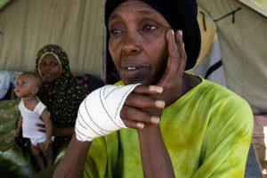 Refugiada somalí en el desierto de Túnez. Crédito: IPS