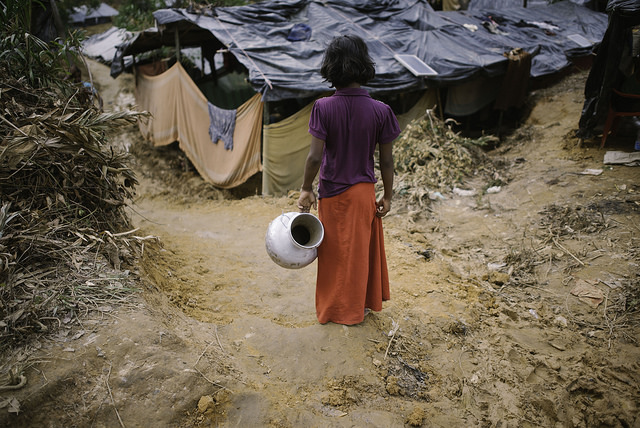 Una niña rohinyá va a buscar agua en el campamento de refugiados de Balukhali, en Bangladesh. Crédito: Umer Aiman Khan/IPS