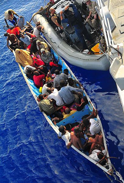 Migrantes somalíes reciben asistencia de marinos estadounidense. Crédito: Armada de Estados Unidos.