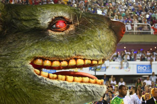 La cabeza del gran ratón que presidió una de las carrozas de la escuela Besa-flor, que el martes 13 de febrero desfiló en el cierre del carnaval de Río de Janeiro y con el que se representó la corrupción que consume los poderes del Estado en Brasil. Crédito: Gabriel Nascimento/Riotur-Fotos Públicas