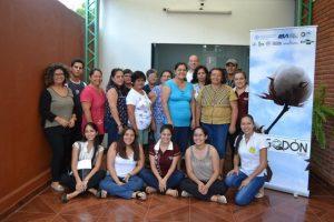 Participantes en el taller para mejorar sus productos de algodón y desarrollar su marca de la Cooperativa Multiactiva de Producción Artesanal de Ao Po´i, en Yataity, en el centro de Paraguay. Crédito: Ingrid Zabaleta/FAO