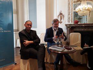 El ministro de Ambiente y Desarrollo Sustentable de Argentina, rabino Sergio Bergman (izquierda), con el economista belga Gunter Pauli, quien cuestiona a la economía verde y ha creado el concepto de Economía Azul, basada en el desarrollo de comunidades con los recursos naturales disponibles en cada lugar, durante un encuentro en Buenos Aires. Crédito: Daniel Gutman/IPS