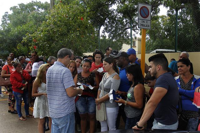 Un grupo de personas hace fila en las inmediaciones de la embajada colombiana ante La Habana, a fin de obtener una visa para Bogotá y poder realizar allí sus trámites migratorios en la sede diplomática de Washington, por las restricciones en la legación estadounidense en la capital de Cuba. Crédito: Jorge Luis Baños/IPS