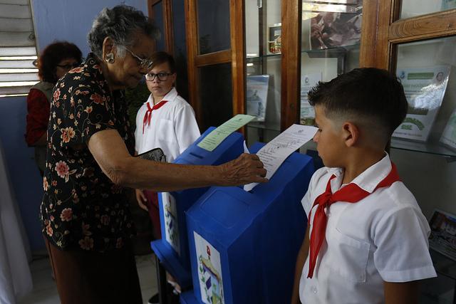 Una electora ejerce su derecho al voto, durante las elecciones parlamentarias cubanas del 11 de marzo, antesala del recambio presidencial previsto para el 19 de abril. Crédito: Jorge Luis Baños/IPS