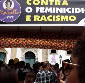 Un cartel en memoria de Marielle Franco, la activista asesinada en Río de Janeiro, presidió el estrado en la plaza Terreiro de Jesús, en el casco histórico de la ciudad brasileña de Bahia, de la concentración de la Asamblea Mundial de Mujeres, que el viernes 17 integró las actividades del Foro Social Mundial. Crédito: Mariela Jara/IPS