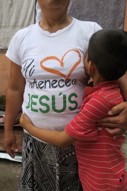 La salvadoreña Emilia, un nombre supuesto por seguridad, junto a su hijo. Ella logró obtener asilo en México, una suerte con la que no corren la mayoría de migrantes centroamericanos en el país. Crédito: Amnistía Internacional